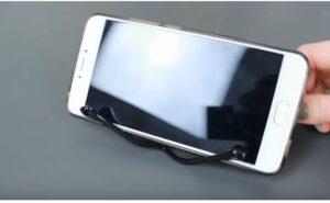 Lấy gọng kính làm giá đỡ điện thoại để thoải mái xem phim mà không phải cầm lâu