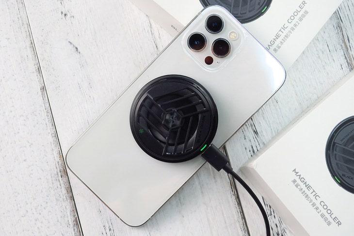 quat-tan-nhiet-black-shark-magnetic-cooler-tren-iphone-12